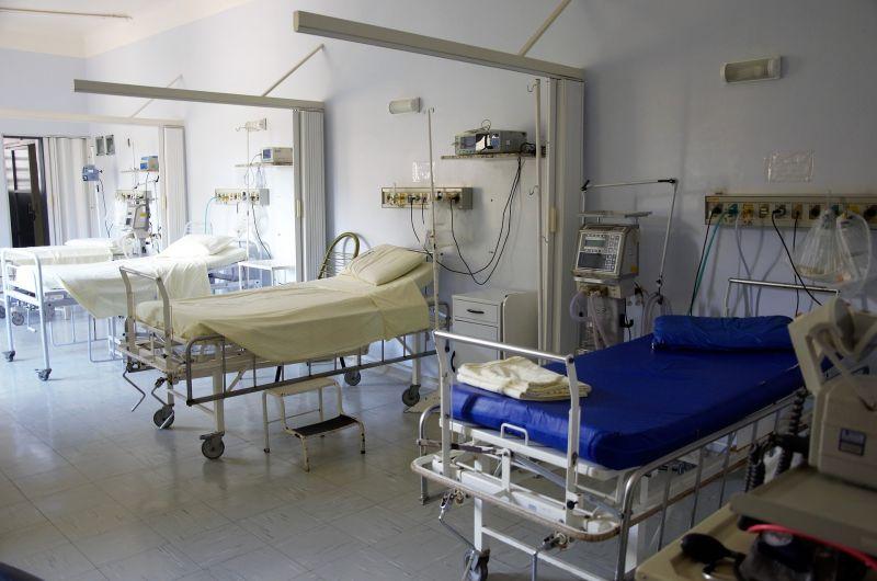 Экс-директоров тайской больницы будут судить за завышение цен иностранцу