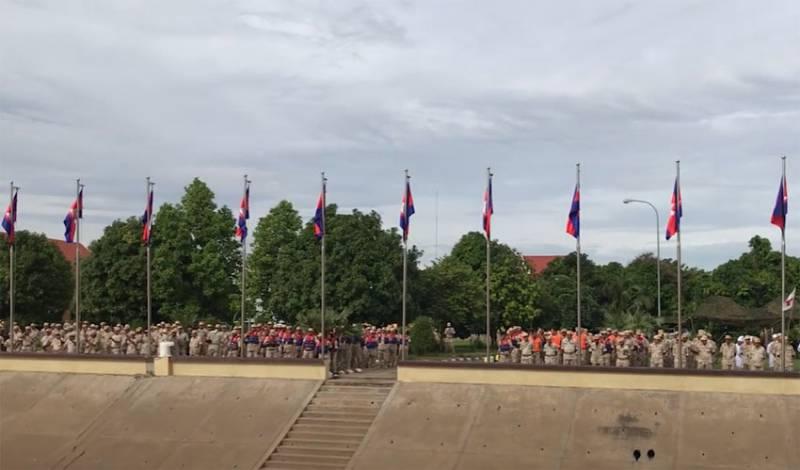 «Заходите в порт и вы»: Премьер Камбоджи ответил на претензии США по заходу кораблей Китая на базу Реам