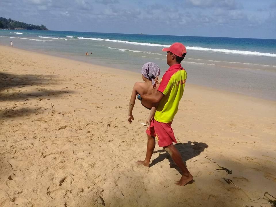 На пляжах западного побережья участились случаи столкновения купальщиков с ропилемами, также известными как «огненные медузы» (Flame Jellyfish, Rhopilema esculentum).