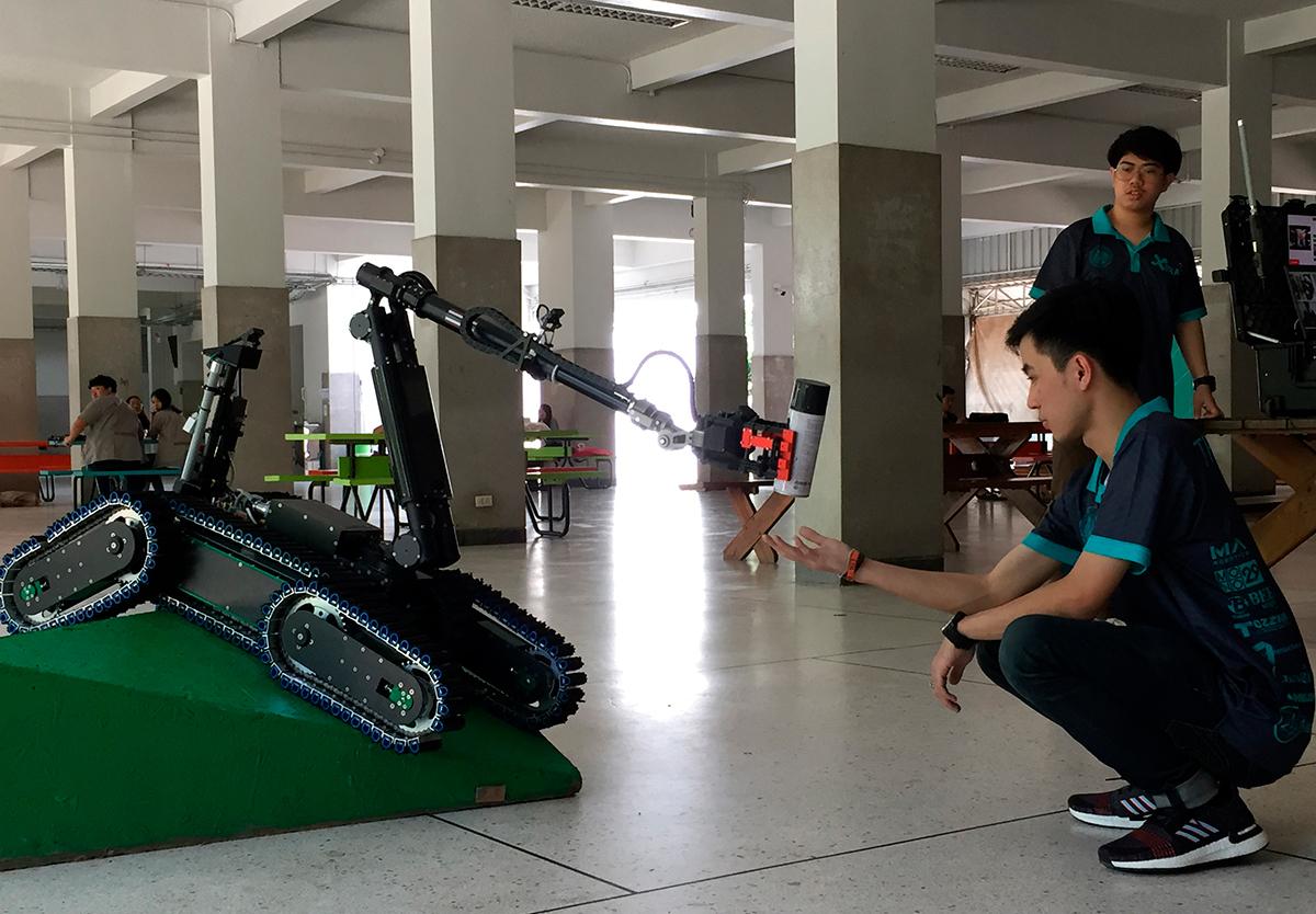 Робот, которого собрали студенты, получает награду World RoboCup Rescue