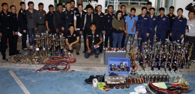 Отряд полицейских Паттайи провел рейд по местам нелегальной продажи кальянов. По предварительной информации, в трех местах нелегально покурить кальян могли даже подростки