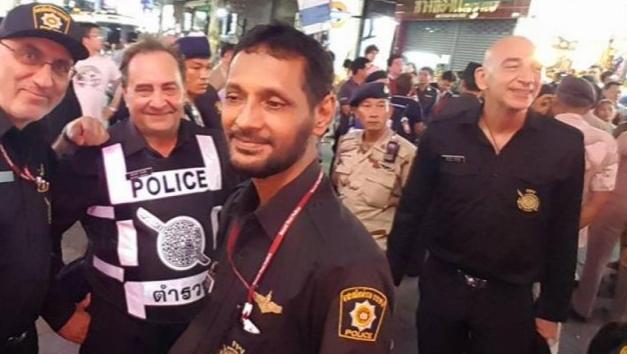 Летающий полицейский над Волкинг Стрит в Паттайе