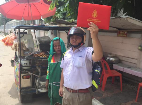 Школьный выпускник из провинции Nakhon Ratchasima в Таиланде был настолько горд тем, что закончил среднюю школу, что решил посвятить этому событию целую фотосессию