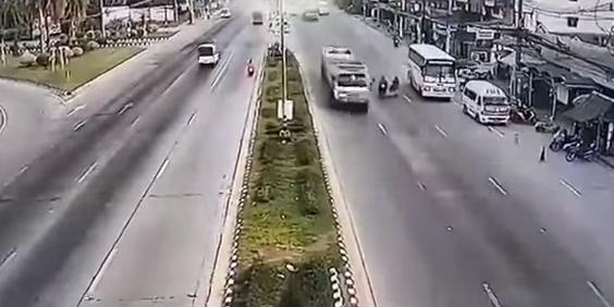 """""""Колесо смерти"""": отлетевшая от грузовика покрышка сбила байкера"""