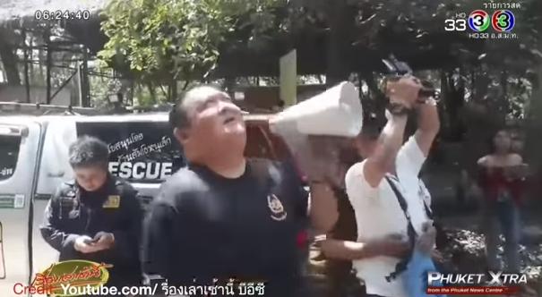 Protesting monk climbs! Head-kicking a tourist! Dangerous drone?