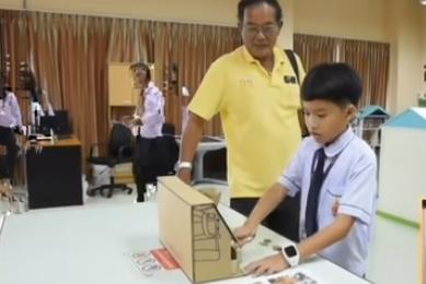 В Таиланде 9-летний школьник изобрёл картонный аппарат для сортировки монет