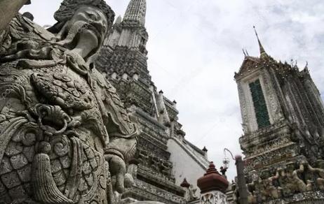 """Бангкокский фотограф """"надел"""" респираторные маски на святые статуи"""