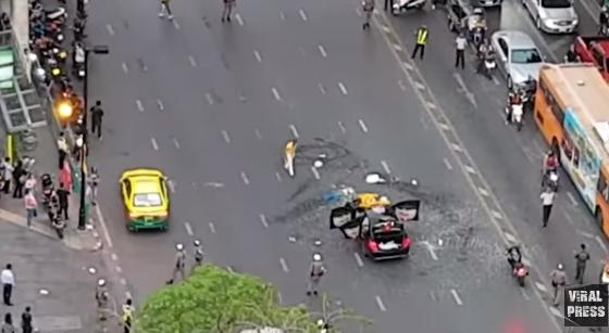 В центре Бангкока водитель Mercedes выпустил на волю мешок змей