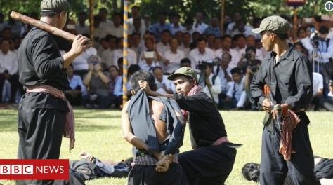 В Камбодже в День гнева показали спектакль-реконструкцию с пытками узников концлагеря