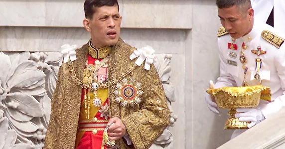 Консорта короля Таиланда разжаловали и лишили всех титулов