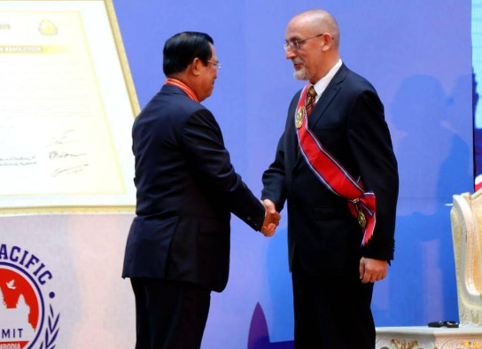 Послу России в Камбодже вручили высшую государственную награду для иностранных граждан