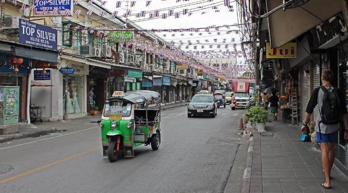 Армия Таиланда обработала улицы Бангкока дезинфицирующим средством