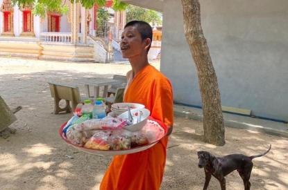 В Таиланде монахи бесплатно помогают застрявшим российским туристам