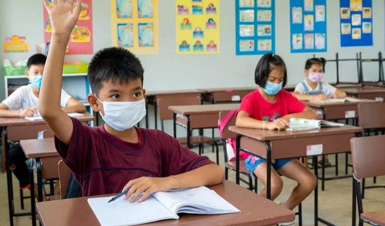 Министерство образования ускорит вакцинацию учителей и учащихся
