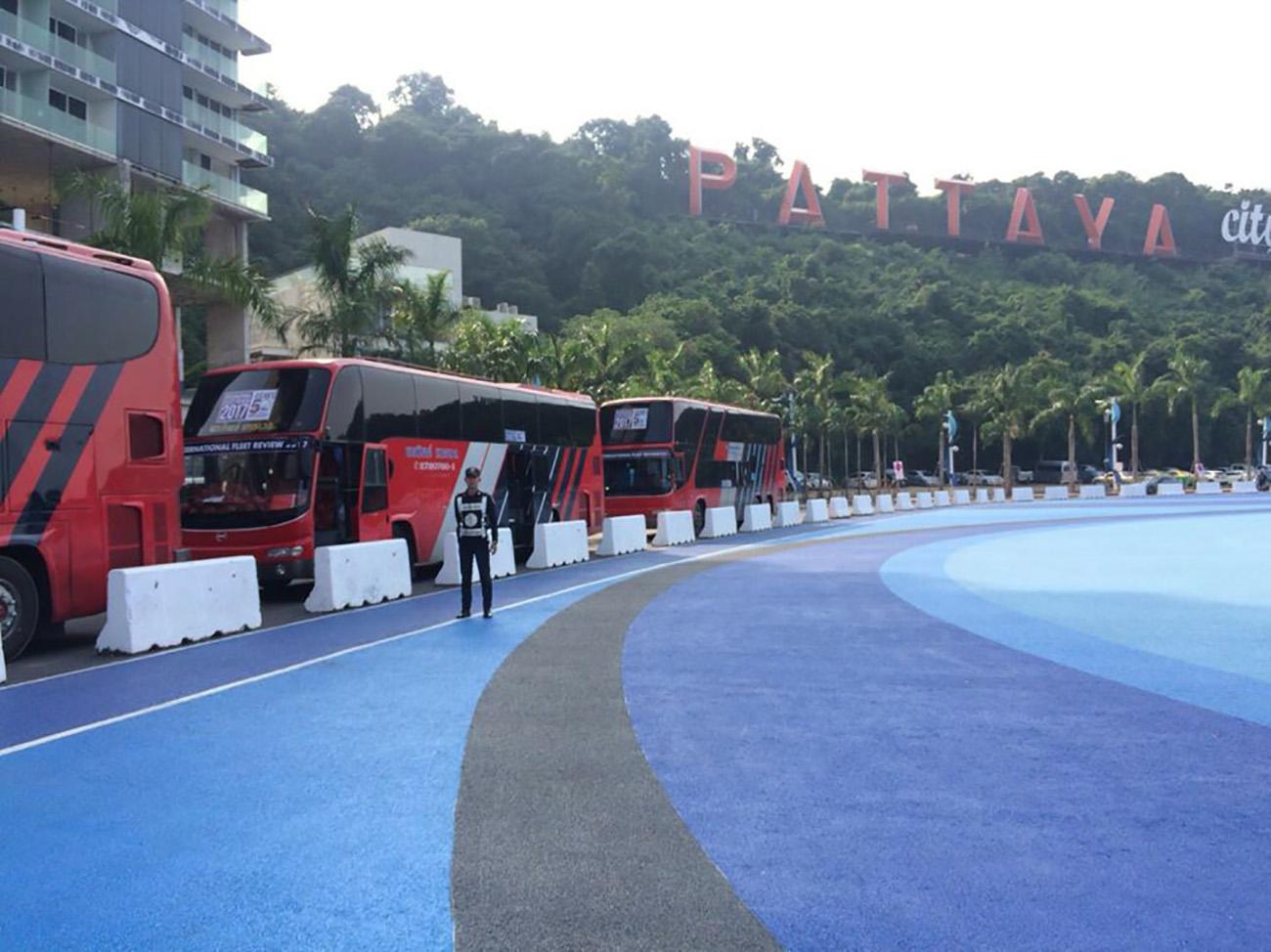 Цветные фонтаны и разноцветные дорожки на Бали Хай в Паттайе