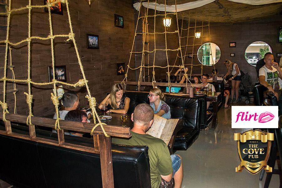 Пивной паб с интернациональной кухней (тайской и русской) The Cove Pub. Расположен паб на пересечении улиц Таппрайя и Джомтиен, прямо у золотой статуи Ханумана.