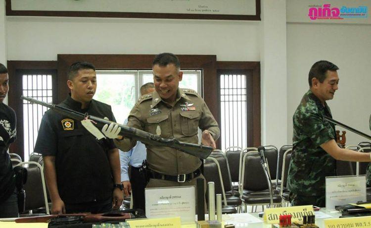 Группа военных и полицейских произвели обыск по адресу 6/78 Му 2 в Рассаде (Пхукет). Во время обыска был арестован 51-летний Санакон Джирают, у которого обнаружили массу оружия