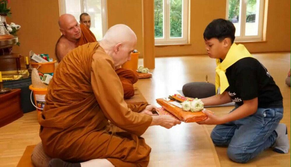 Принц Таиланда продолжает семейную традицию добровольного служения в храме