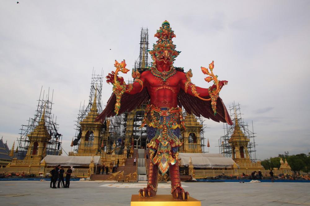 Фото дня: Скульптура Гаруды – Королевский символ, установлена перед Королевским Крематорием, созданном для покойного Короля Пумипона Адульядета в Санам Луанге в Бангкоке
