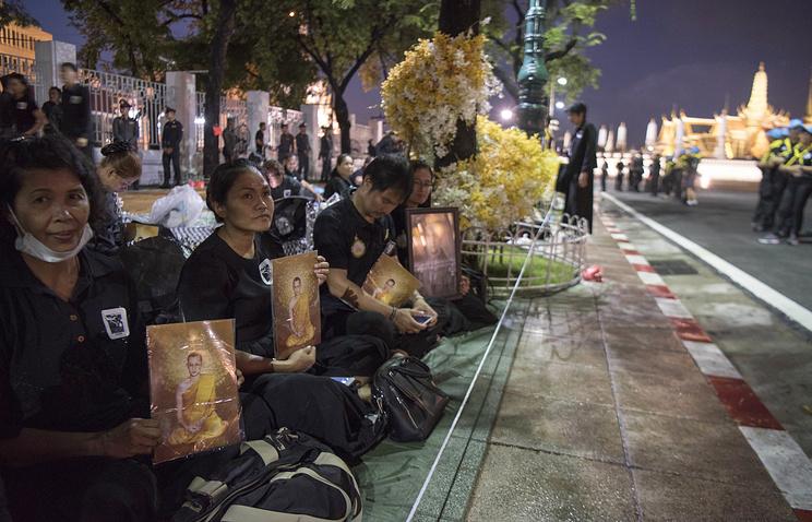 Тысячи жителей Таиланда собрались в центре Бангкока в ожидании кремации короля Рамы IX