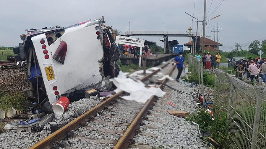В Таиланде при столкновении поезда с автобусом погибли 20 человек