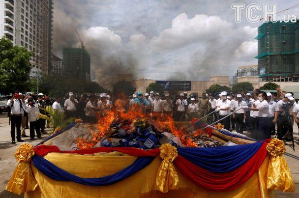 В Камбодже ко Дню борьбы с наркотиками устроили церемонию сжигания психотропов