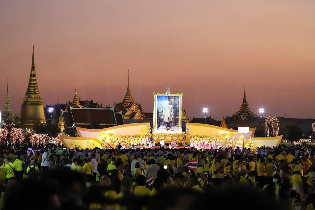 Король Таиланда впервые принял участие в церемонии зажжения свечей по случаю Дня отца