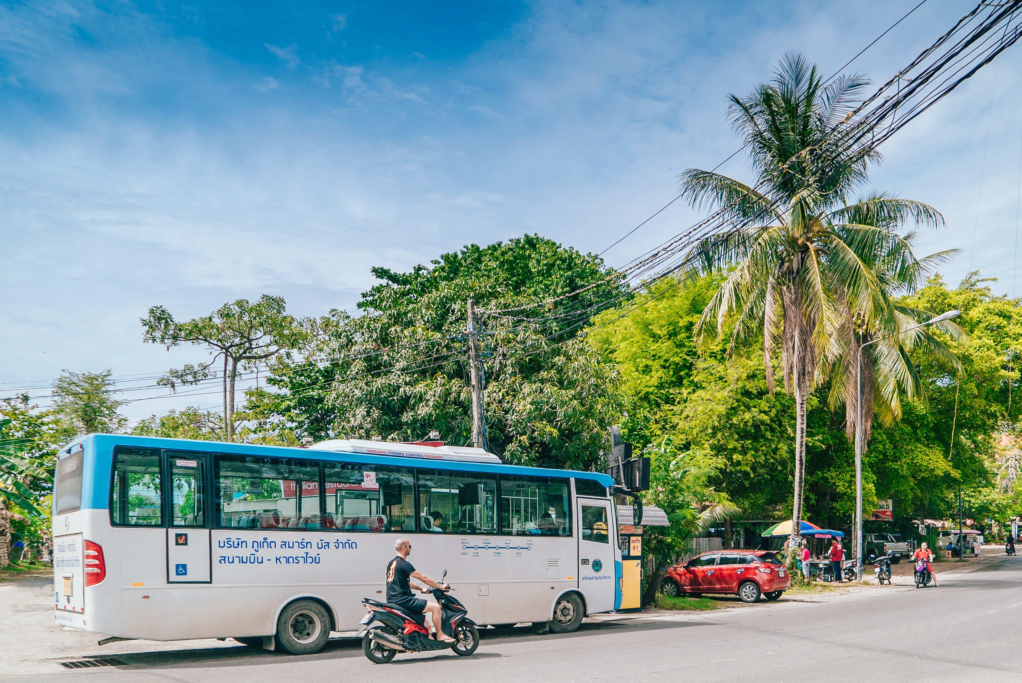 Более тысячи туристических автобусов простаивают на Пхукете из-за падения турпотока из Китая
