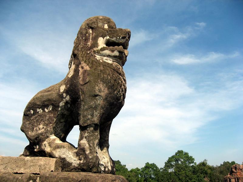 Большая статуя льва найдена около храма в Камбодже