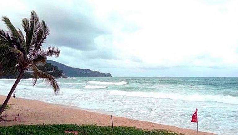 Некоторые пляжи острова Пхукет остаются закрыты из-за штормовой погоды