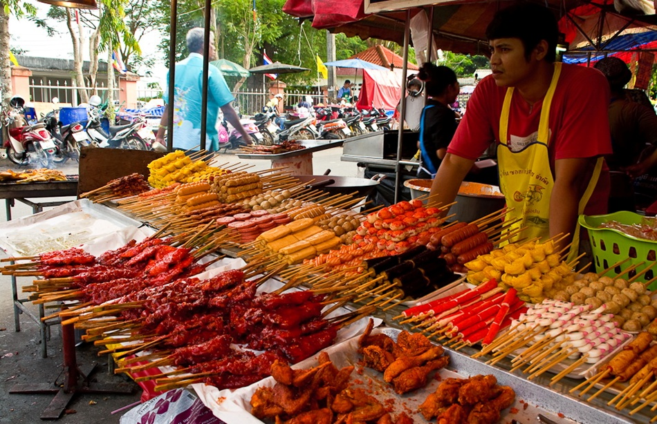 Вместо гамбургера с колой. Какой стритфуд можно попробовать в Таиланде