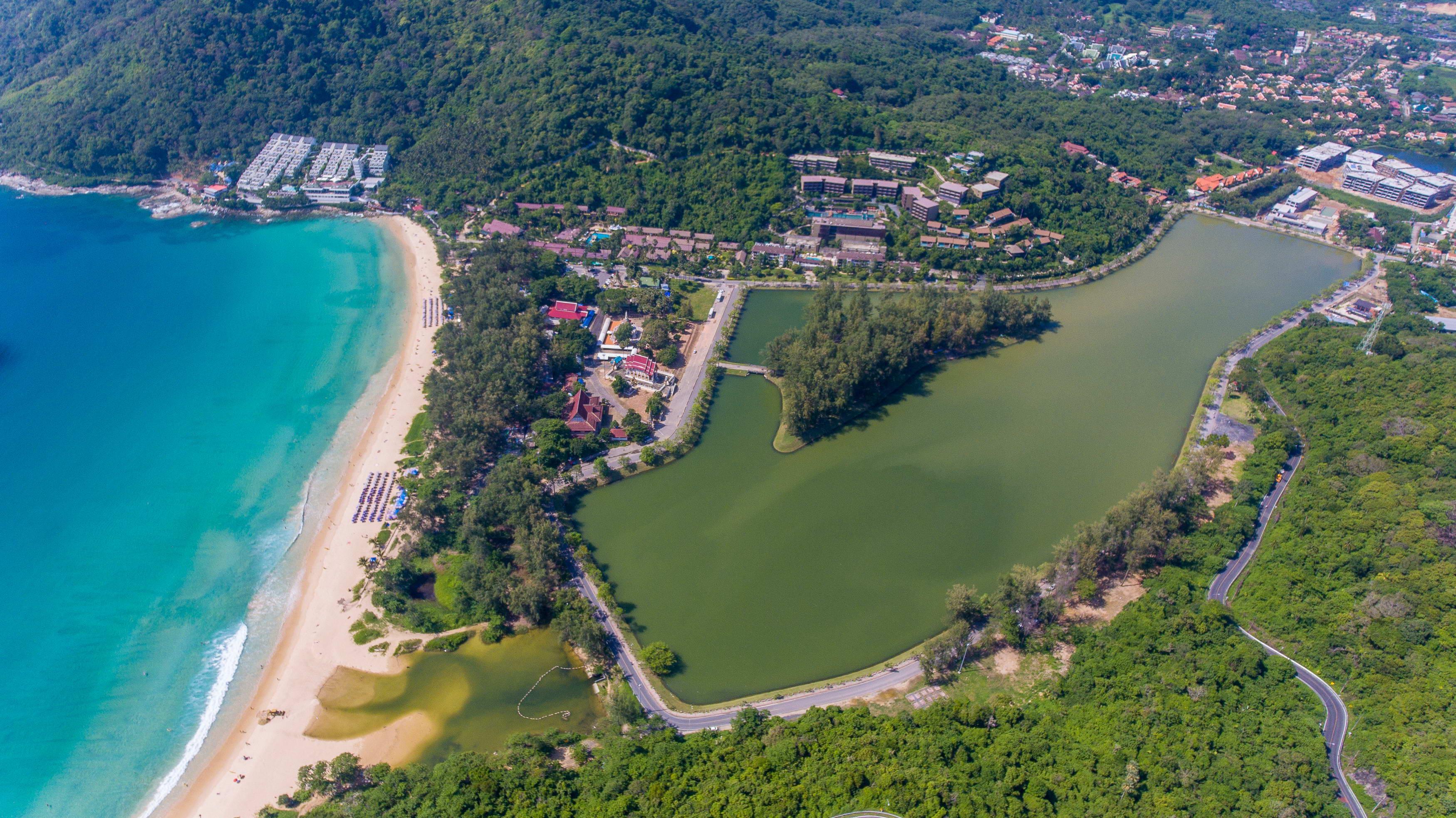 Жители Раваи обнаружили черную воду на пляже Най Харн