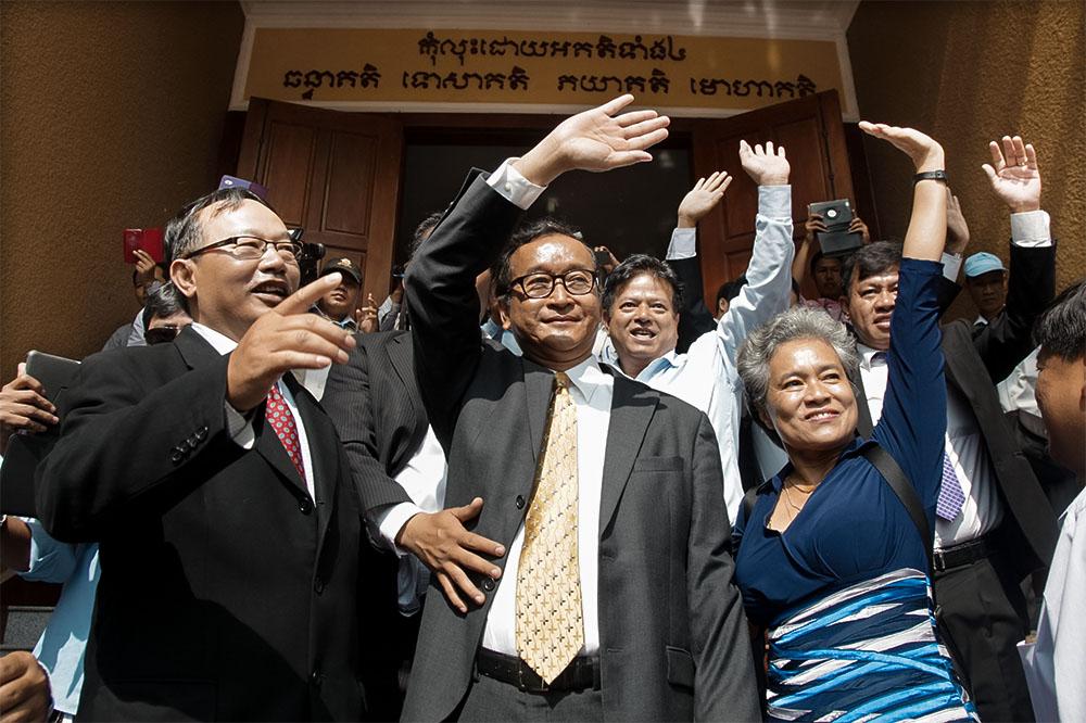 Муниципальный суд Пномпеня обвинил лидера оппозиции Камбоджи Кема Сокха в государственной измене. Ему грозит от 15 до 30 лет тюрьмы