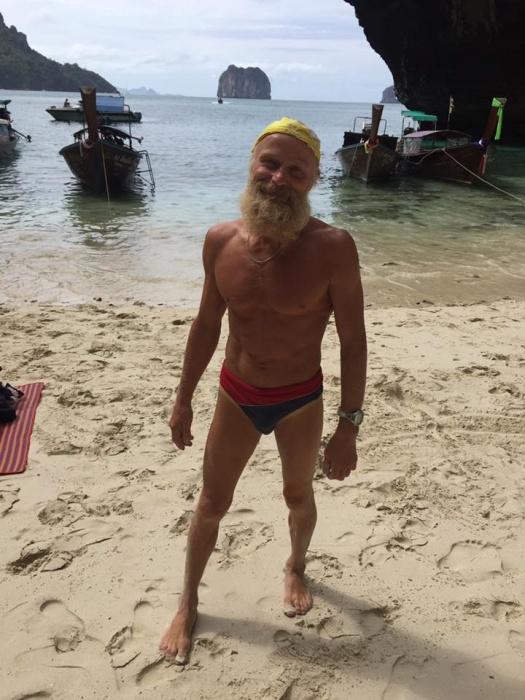Туристов в Таиланде изумил 69-летний красноярский столбист: без страховки забирается на высокие скалы