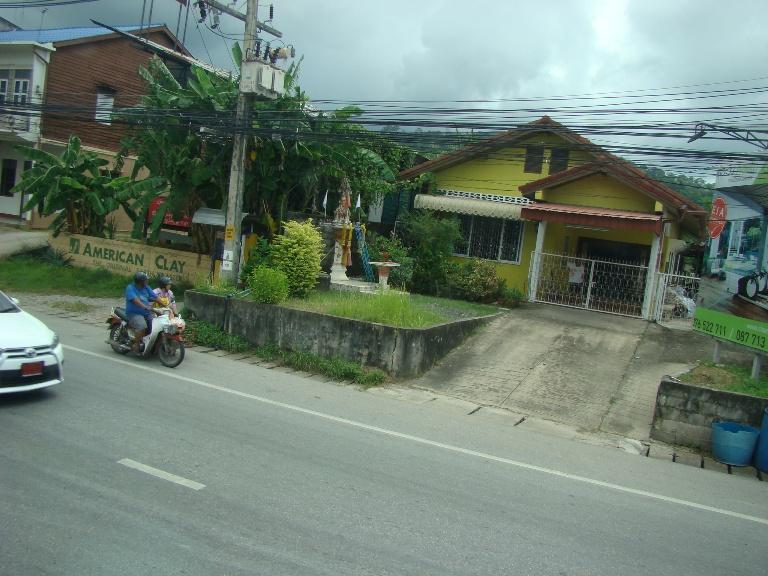 Немец восхитился добротой тайцев, которые выставляют стулья перед своим домом