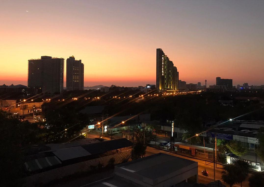 Жители Таиланда все еще нарушают комендантский час