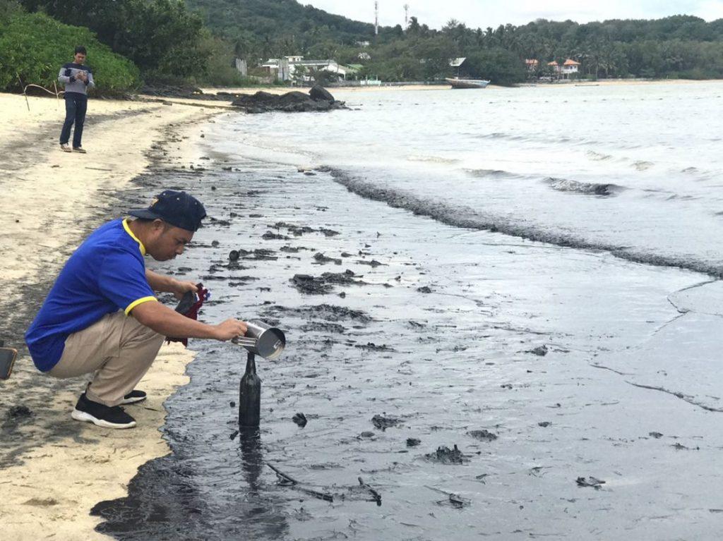 Очистка пляжа Ао Махам на Пхукете от нефти