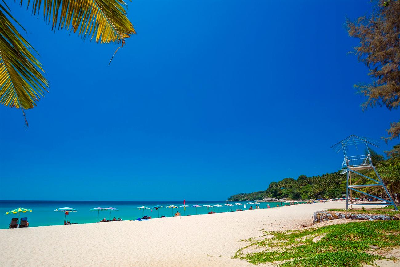 Пляж Сурин на Пхукете устанавливает знаки, запрещающие курение