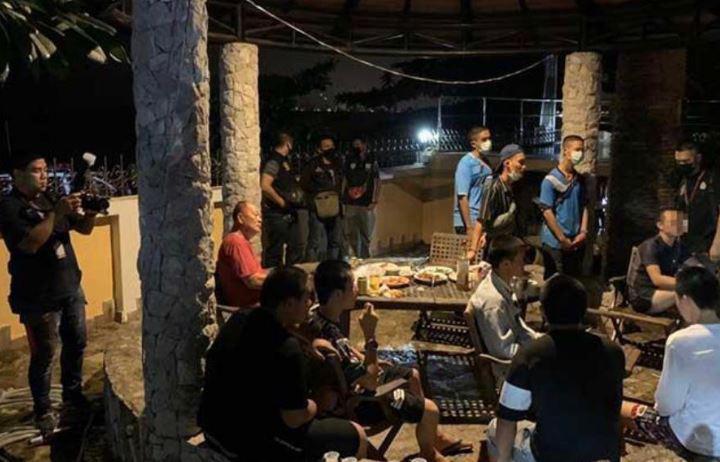 """Монахи в Таиланде """"оторвались"""" на незаконной алкогольной вечеринке"""