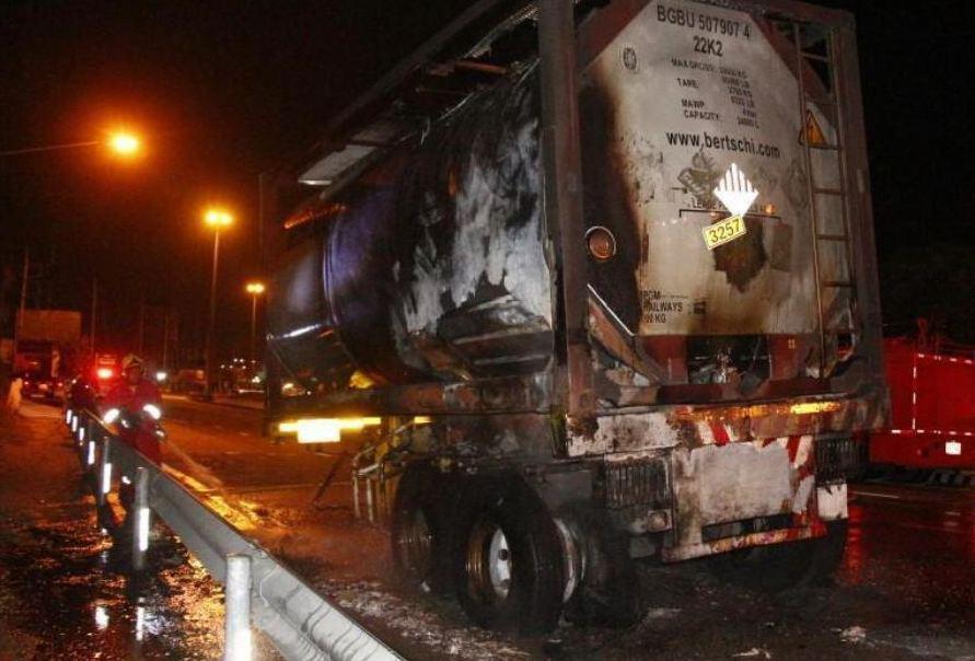 В Чонбури загорелся грузовик с химикатами