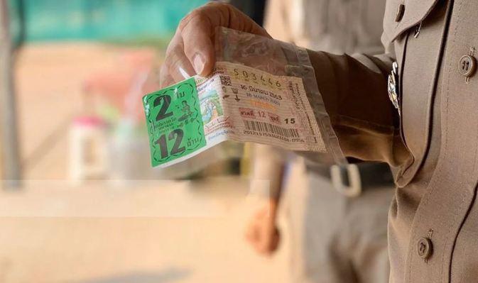 Мать и дочь нашли лотерейный билет с выигрышем в 6 млн бат, но их совесть взяла верх