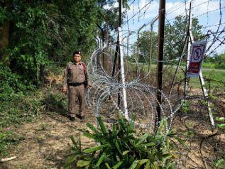 На юге Таиланда отремонтировали дырявую ограду на границе с Малайзией