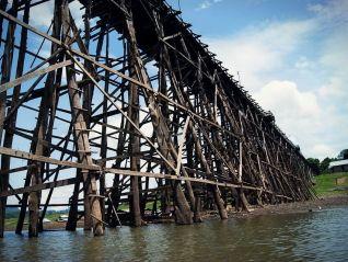 Самый длинный в Таиланде деревянный мост оказался под угрозой обрушения