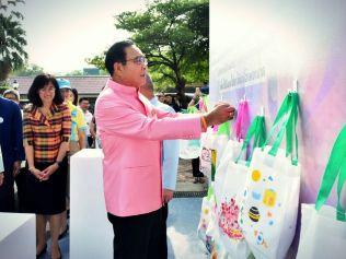 Премьер-министр призвал народ пользоваться многоразовыми сумками