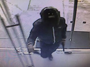 Полиция разыскивает грабителя, который за 30 секунд обчистил банк в Лэм Чабан
