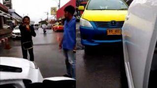 Таксисты Паттайи вытолкали иностранцев из машины Uber