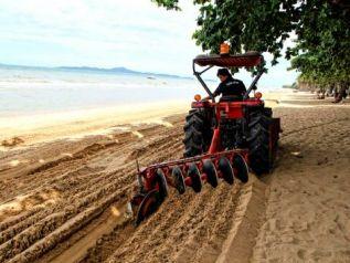 В Паттайе начали очищать и выравнивать городской пляж
