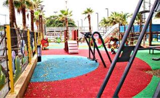 Ржавеющая новая детская площадка на Джомтьене вызвала споры об инвестициях