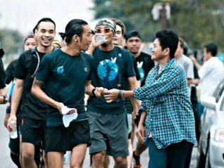 Тайский рок-идол прибыл на юг Таиланда, чтобы начать марафон в 2 тысячи км!