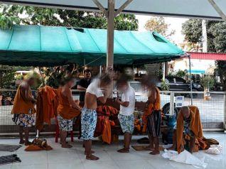 Камбоджийские монахи-нелегалы перепродавали пожертвования